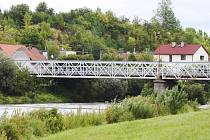 Ocelový silniční most přes řeku Orlice ve Svinarech postavený v roce 1907.
