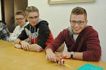 Zleva – Vojtěch Richter, Jan Vodák a Jakub Vlk při pokusu s fotovoltaikou.