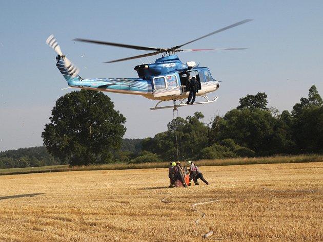 Pět hasičů se zranilo při boji s požárem pole.