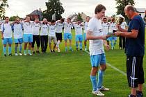 Radek Michlík, kapitán Sokola Třebeš B, se spoluhráči při předání poháru pro vítěze III. třídy od Vladana Haleše, místopředsedy Okresního fotbalového svazu Hradec Králové.