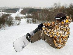 Opuštěná Rozárka. Sjezdovka byla vyhledávanou atrakcí, kde se lyžovalo v noci, ale i v letních měsících.