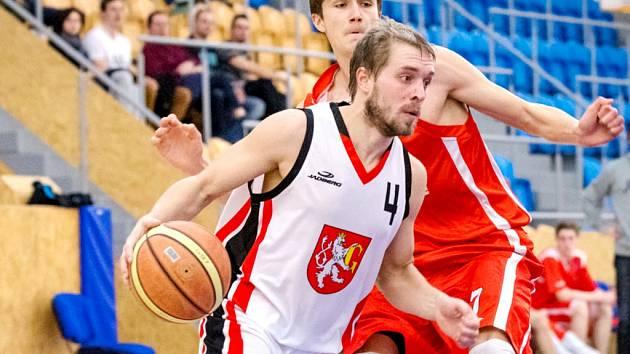 Královéhradečtí basketbalisté (bílá) v akci.