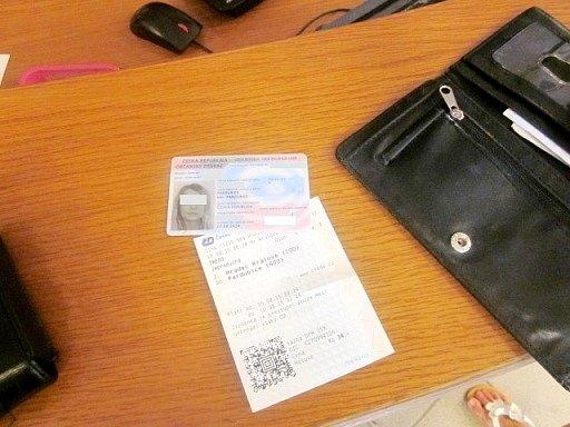Občanský průkaz a jízdenka ze ztracené peněženky.
