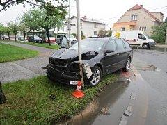 Dopravní nehoda dvou osobních automobilů na křižovatce ulic Mrštíkova a Štefcova v Hradci Králové.