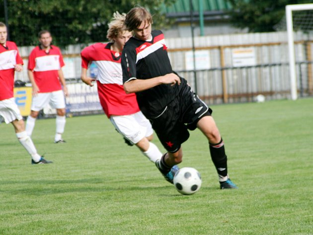 Fotbalový krajský přebor: SK Červený Kostelec - FC Slavia Hradec Králové.