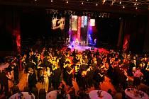 Po prvních taktech hudby zaplnily parket Kongresového centra Aldis desítky tančících párů.