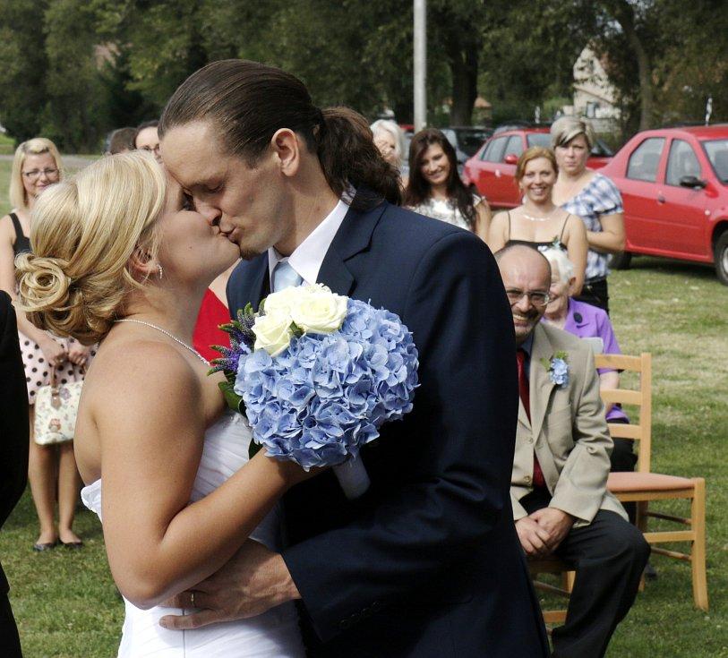 Hasičská svatba na hřišti v Myštěvsi.