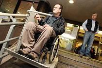 Úřad práce v Hradci Králové zaplnili klienti, kteří přišli žádat o dávky mobility.