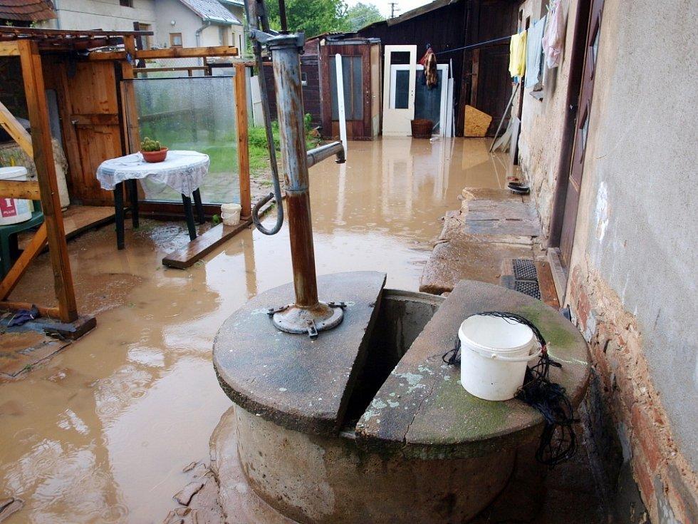 Vodní laguna po dešti na dvorku rodinného domu ve Smidarské Lhotě.