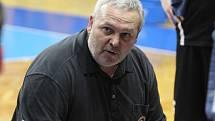 TIME OUT. Kouč Lubomír Peterka uděluje pokyny. Foto: www.bkopava.cz