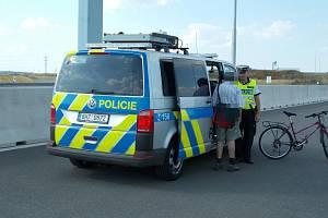 Dvaadevadesátiletý muž jel po dálnici na kole.