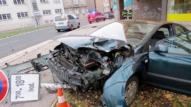 Havárie osobního automobilu na silnici I. třídy u křižovatky ulic M. D. Rettigové a Resslova v Hradci Králové.