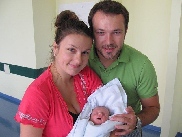 JAN CHMELÍK poprvé otevřel oči 13. srpna v 13.50 hodin. Měřil 47 centimetrů, vážil 2690 gramů a potěšil maminku Adélu Zilvarovou a tatínka Jana Chmelíka z Pardubic.