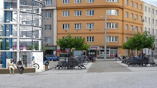 Parkovací dům pro kola schová přilbu i tašky.