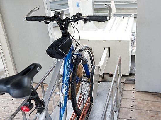 Parkovací dům pro kola schová přilbu itašky.