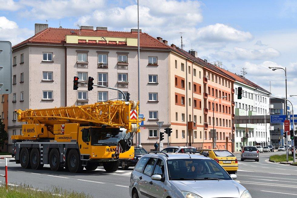 Poškozený dopravní portál museli dělníci odstranit. Za pomoci těžké techniky se jim to zhruba za hodinu povedlo.