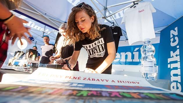 Koncert a autogramiáda zpěvačky Lenny v rámci festivalu Rock for People v Hradci Králové.