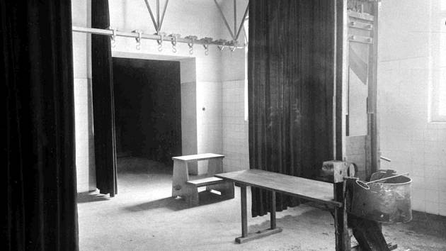 Trestnice na Pankráci v Praze. Pohled je z popravčí cely přes gilotinu a šibenice do soudní síně. Tady byl oběšen Vladimír Lulek z Předměřic, poslední popravený vrah v Česku.
