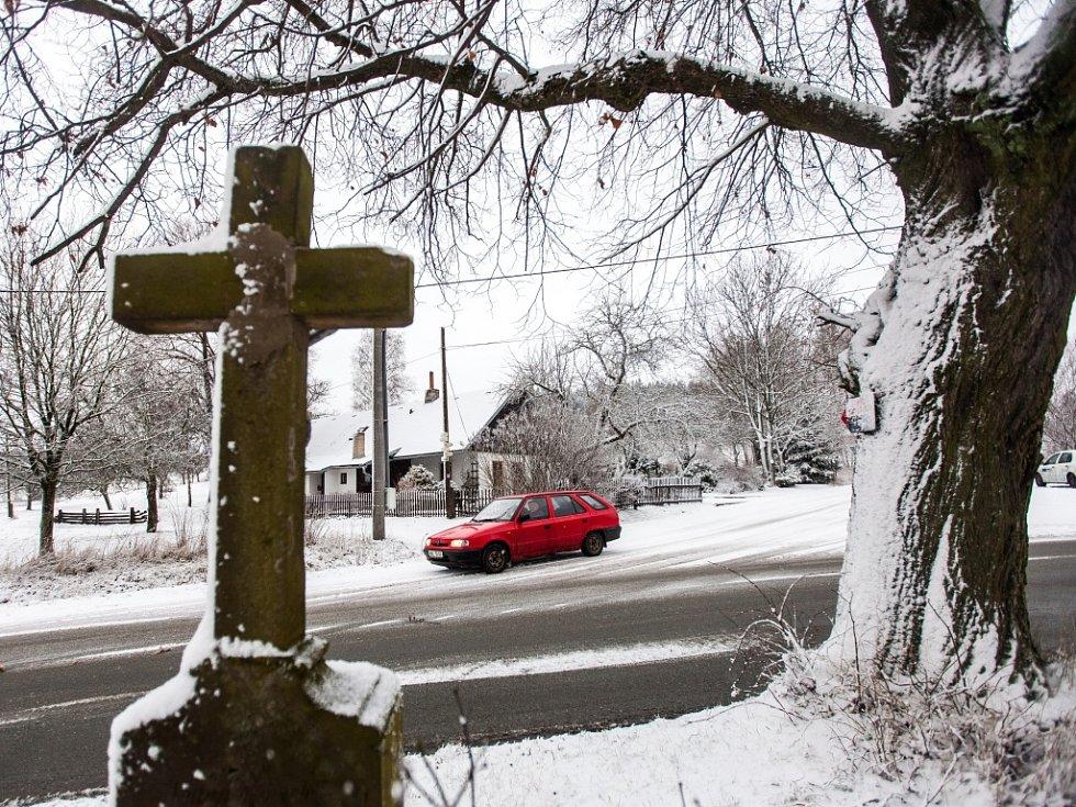 Sníh na silnicích a komplikace v dopravě na Královéhradecku.