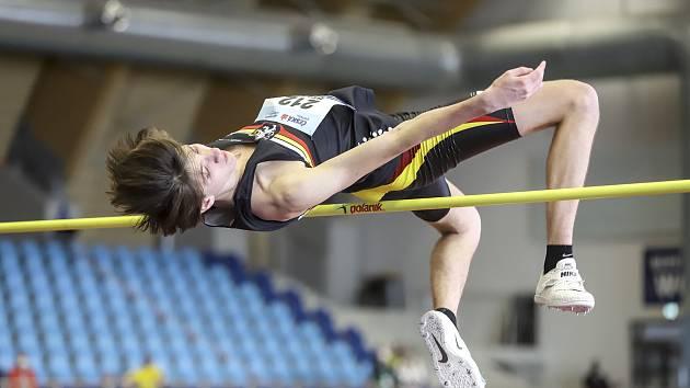 217 centimetrů! Přes tuto výšku se přehoupl Jakub Bělík ze Sokola Hradec Králové. Osmnáctiletý junior díky tomuto skvělému výkonu možná trochu překvapivě ovládl HMČR mužů.