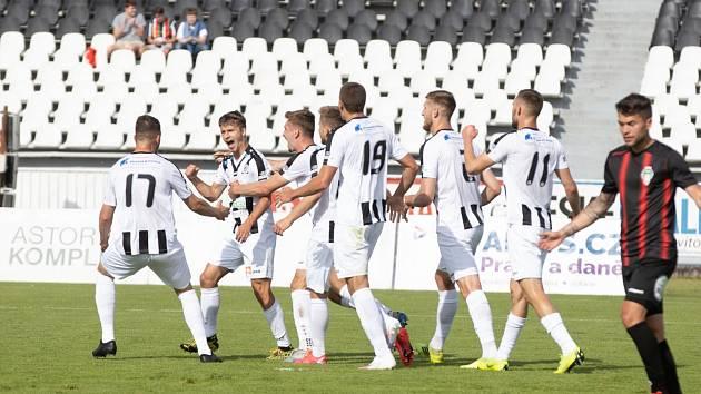 Hradečtí fotbslisté slaví druhý gól do sítě Žižkova.