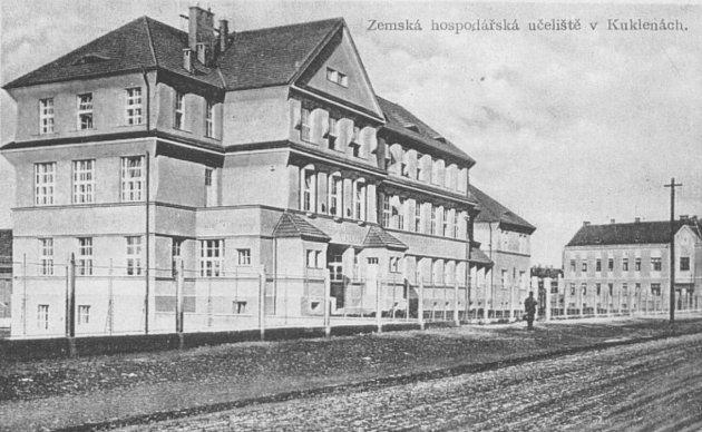 Dějiny střední odborné školy veterinární vHradci Králové – Kukleny sahají do 80.let 19.století. Roku 1943byla při rolnické a hospodářské škole otevřena irolnická učňovská a zahradnická škola.