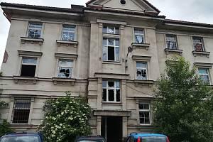 Vybydlená budova známá v Hradci Králové jako holubí dům.