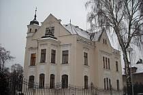 Dvouposchoďová Klumparova vila byla postavena na Orlickém nábřeží v letech 1905 až 1906 a dodnes poutá pozornost odborníků i laiků.