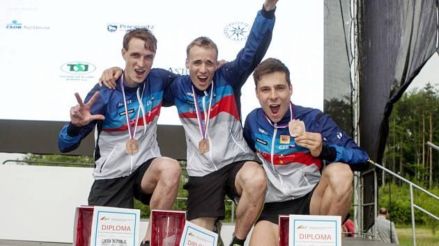 Bronzová štafeta mužů České republiky po slavnostním ceremoniálu (hradecký Jan Petržela je vpravo).