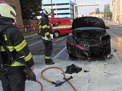 Požár osobního automobilu v centru Hradce Králové.