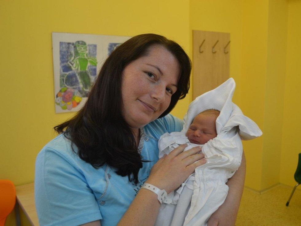 DANIEL VARADI se narodil 24. září ve 12:18  s váhou 3040 gramů a délkou 48 cm. Na fotografii je s maminkou Zuzanou Čáslavskou. Tatínek byl u porodu oběma velkou oporou. Doma, v Rychnově nad Kněžnou, už se na mladšího brášku těšila starší Vaneska.