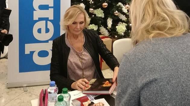 Autogramiáda zpěvačky Heleny Vondráčkové v hradeckém Auparku.