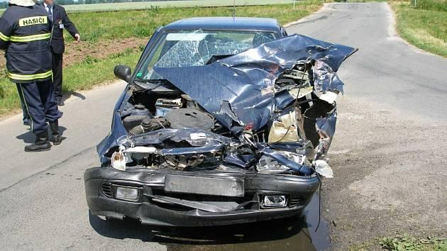 Na nechráněném železničním přejezdu u obce Ohnišťany na Hradecku došlo v pondělí k železniční nehodě. 31letá řidička vozidla Škoda Felicia zastavila tak nešťastně, že přední částí zasahovala do kolejiště. Žena utrpěla lehké zranění.