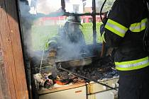 Požár chatky ve Svinarech.