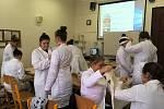 Zdravotnická škola nabízí jistotu uplatnění na trhu práce.