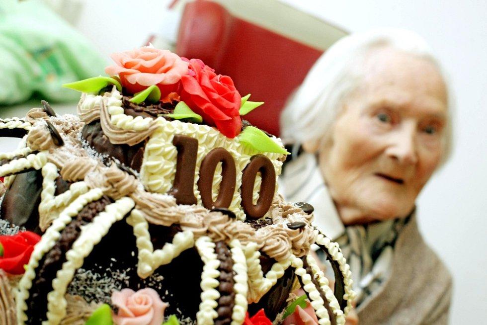 Milada Mazánková v domově důchodců V Podzámčí v Chlumci nad Cidlinou oslavila sté narozeniny.