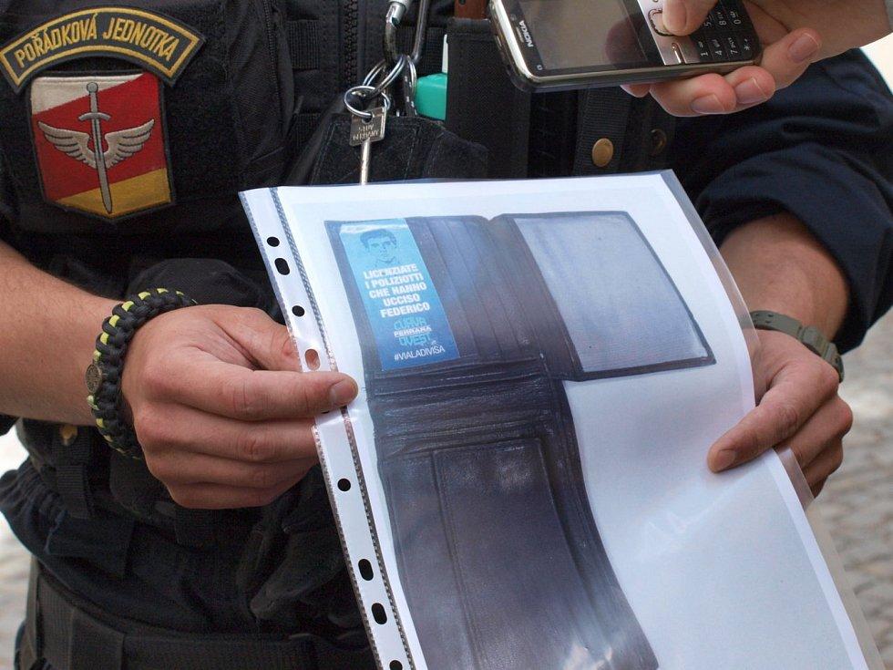 Zloděj se vydával s falešným průkazem s italskými nápisy za policistu. Seniorku okradl o několik tisíc. Peníze rozházel v automatech.