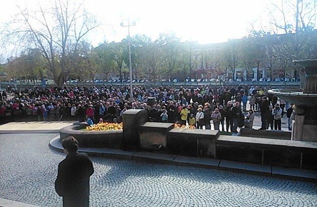 Čekající dav lidí na prezidenta Zemana