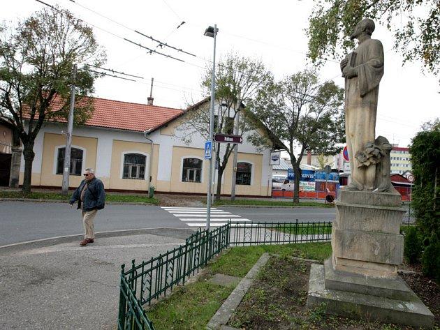 Křižovatka u Husova pomníku v hradeckých Malšovicích.