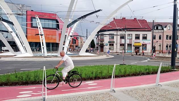 Trny Koruny v blízkosti cyklostezky na zrekonstruované hradecké křižovatce.