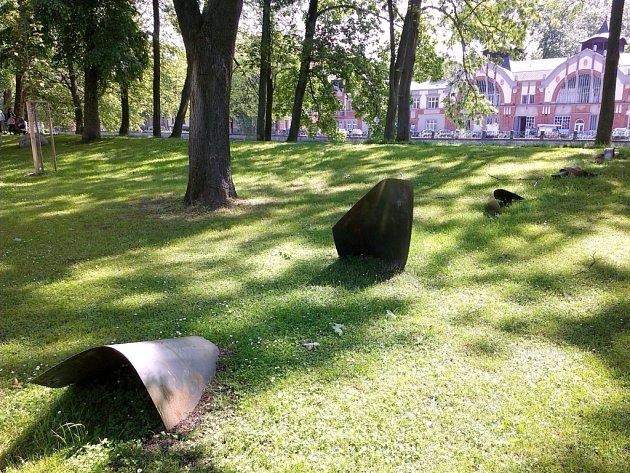 Momentka zparku na hradeckém Tylově nábřeží - nesmysl nebo umění?