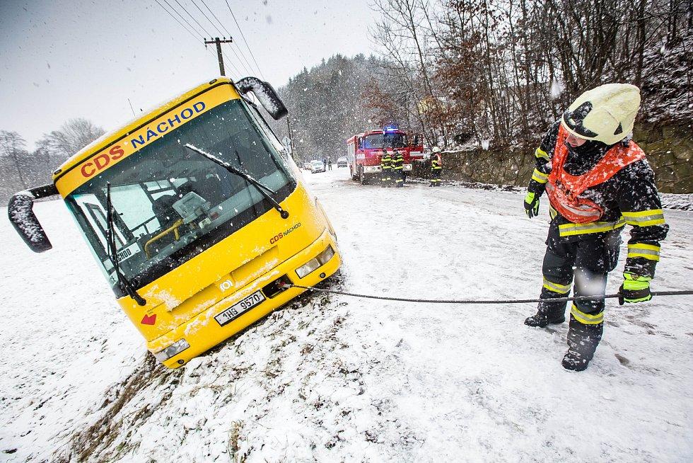 Sněhová kalamita na Královérahdecku. Zapadlý autobus hrozil pádem v obci Dolní Rybníky na Náchodsku z kopce museli ho vyprostit hasiči.