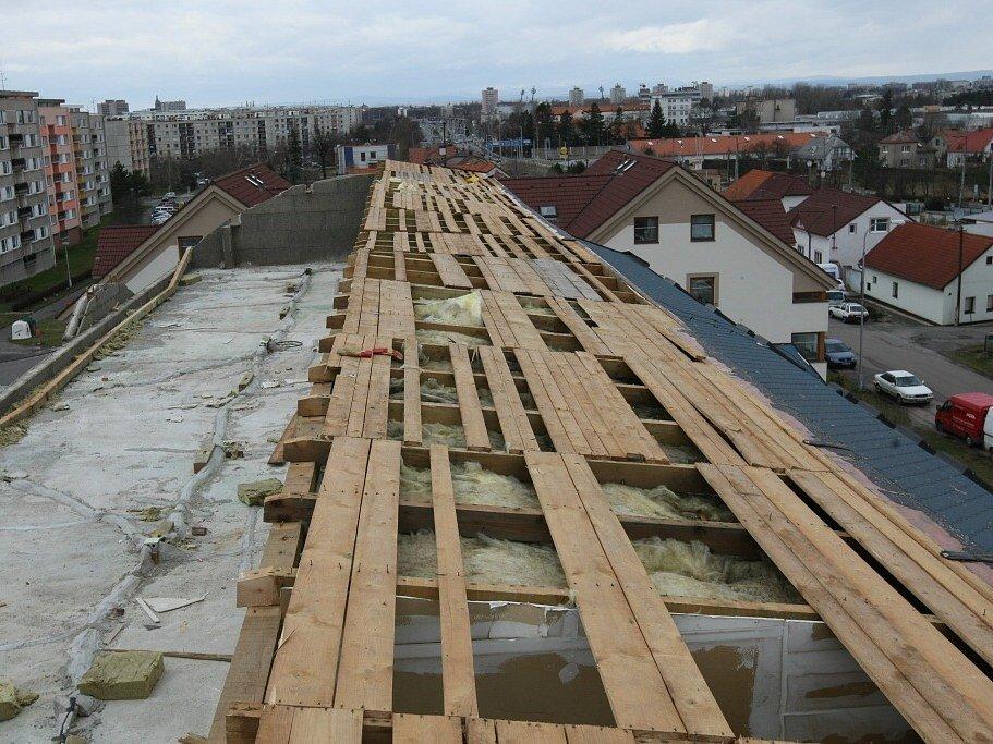 V Hradci Králové řádil orkán a jeho síla utrhla na jednom z domů v ulici Pod Zámečkem střechu, která spadla na přilehlý rodinný dům.