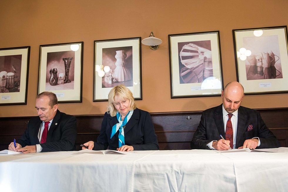 Podpis koaliční smlouvy v Hradci Králové.