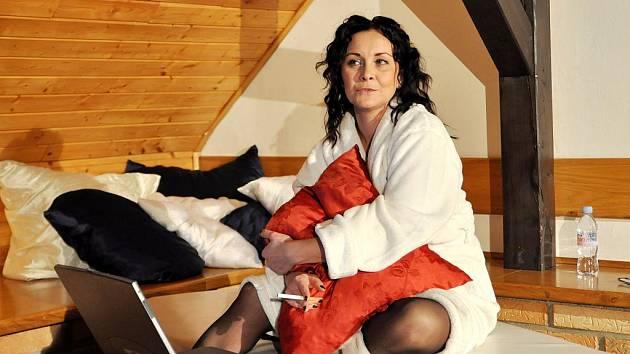 Kamila Sedlářová jako Jane právě posedává na své několikametrové posteli a náruživě pokuřuje cigaretu. Notebook v popředí je sice prostředníkem, avšak i hybatelem děje.