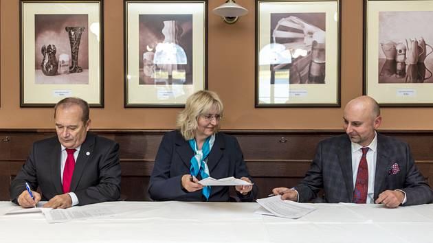 Podpis koaliční smlouvy v Hradci Králové - Nástupci hnutí ANO, ODS a uskupení Změna pro Hradec a Zelení v Hradci Králové podepsali 30. října 2018 koaliční smlouvu.