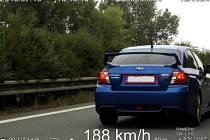 Rychle jedoucí vozidlo Subaru na silnici mezi Pardubicemi a Hradcem Králové.