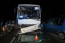 Střet autobusu a dvou osobních vozidel: Škoda dosahuje přes půl milionu korun.