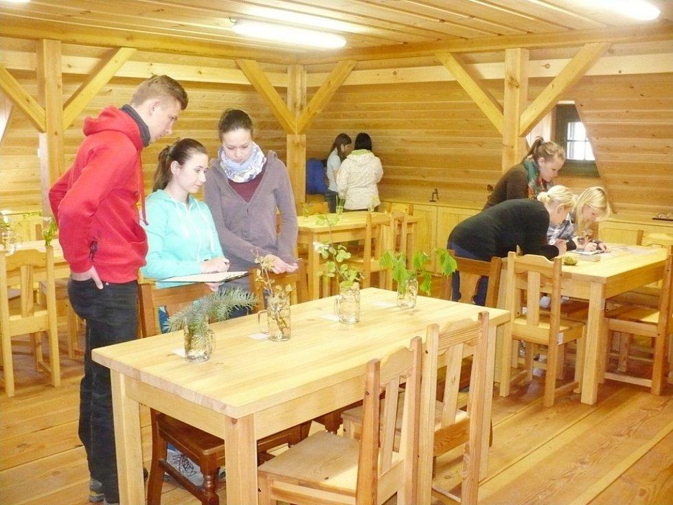 Soutěž týmů ekologů ze středních škol v kraji v Podorlickém skanzenu v Krňovicích.