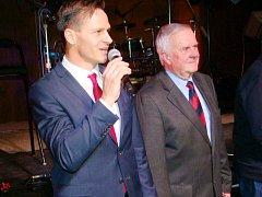 Během večera byli na pódiu také generální sekretář FAČR Rudolf Řepka (vlevo) a oceněný Jiří Krenčík (vpravo).